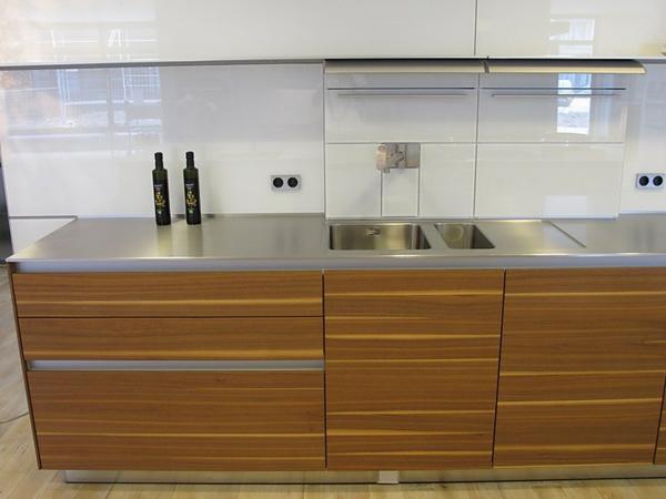 moderne-küchengestaltung- weiße schränke und hölzerne schränke