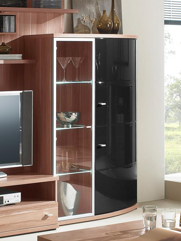 moderne-und-schöne-glasvitrine-in-schwarz- im wohnzimmer