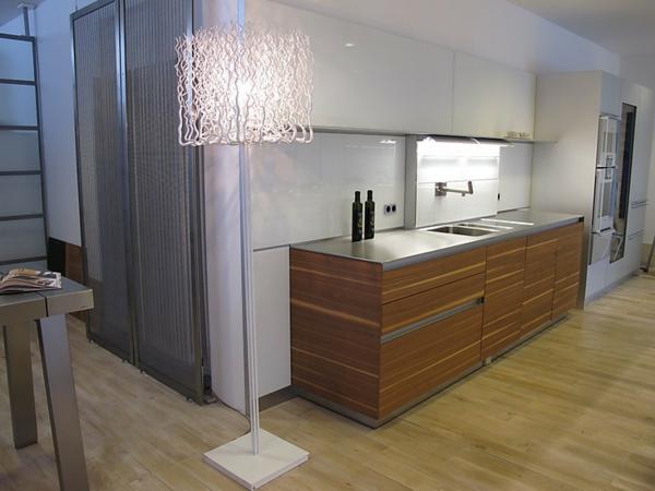 moderne-wandpaneele-für-küche- eine elegante stehlampe