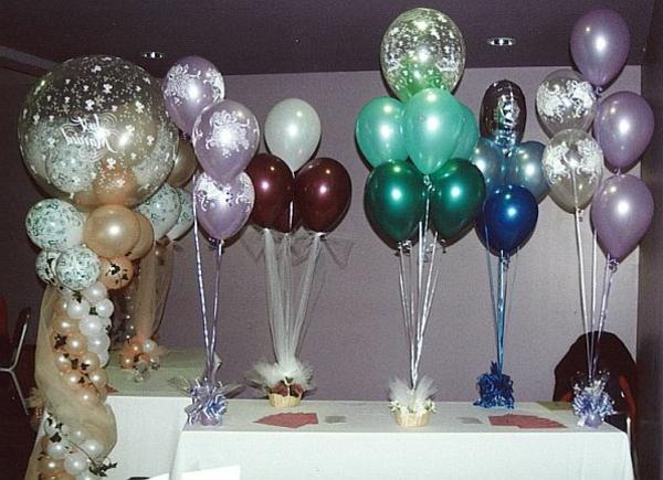 moderne-wunderschöne-ballon-deko- auf einem tisch