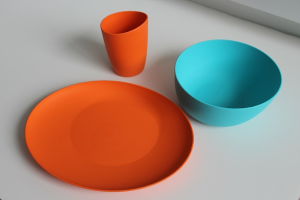 modernes-geschirr-set-blau-und-orange-grelle farben