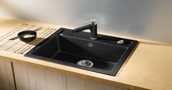 modernes-steinspülbecken-für-die- küche- hölzerne schränke