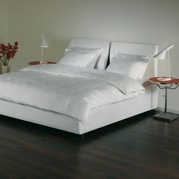 modernes-weißes-schlafzimmer-mit-leselampen-fürs-bett- mit weißen bettbezügen