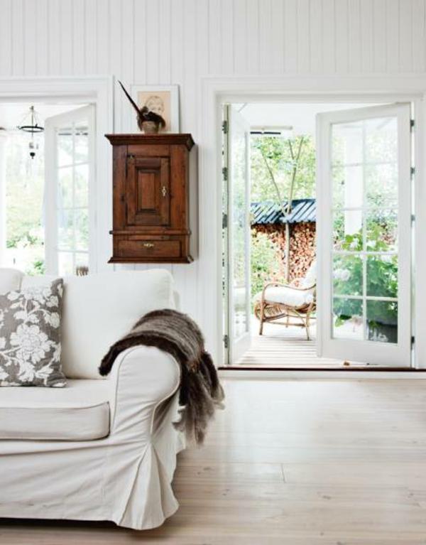 nordische-mode-bei-der-zimmergestaltung-weißes-sofa-im-wohnzimmer