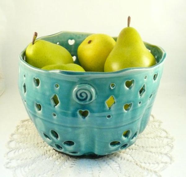 obstschale-aus-keramik-blaues-modell- grüne birnen drin