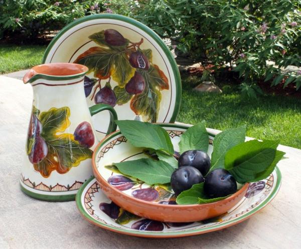 obstschale-aus-keramik-bunt-und-schön-pflaumen