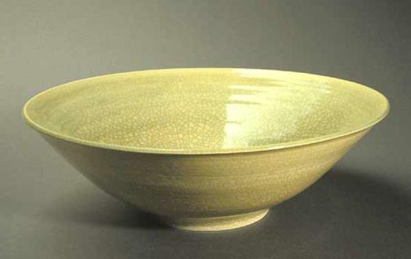 obstschale-aus-keramik-elegantes-design- grauer hintergrund