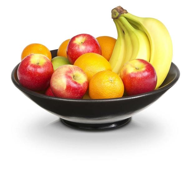 obstschale-aus-keramik-mit-äpfeln-und-bananen-weißer hintergrund