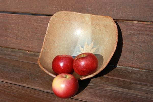 obstschale-aus-keramik-mit-roten-äpfeln- süß aussehen