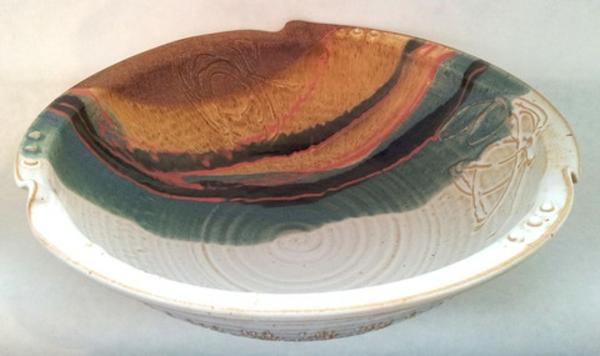 obstschale-aus-keramik-schönes-modell- weißer hintergrund