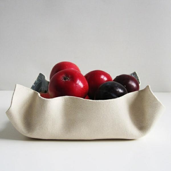 obstschale-aus-keramik-weiße-gestaltung- graue wand dahinter