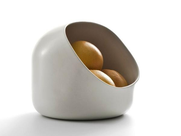 obstschale-aus-keramik-weißes-modell-mit-äpfeln- weißer hintergrund