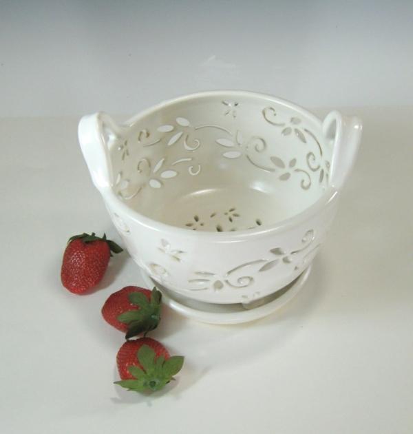 obstschale-aus-keramik-weißes-modell- drei erdbeeren