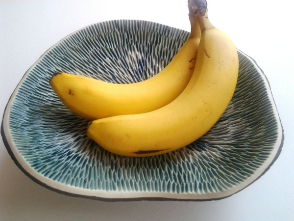 obstschale-aus-keramik-zwei-bananen-foto von oben genommen