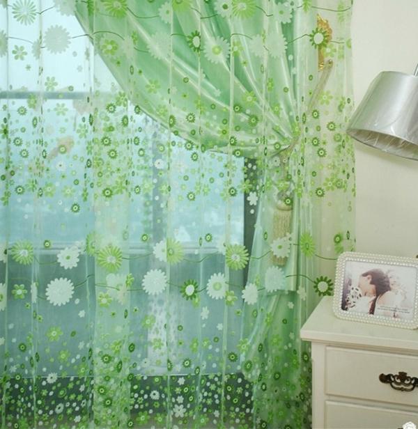organza-gardinen-grüne-farbe- im schlafzimmer neben dem bett - tisch