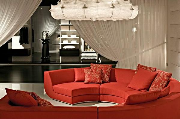 organza-gardinen-im-wohnzimmer-mit-roten-möbeln - moderner kronleuchter
