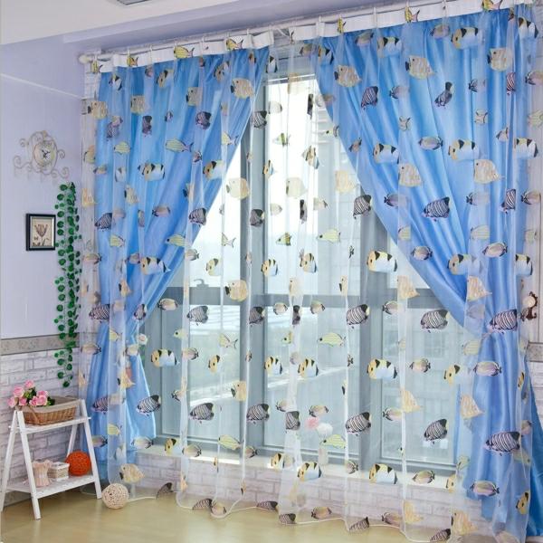 organza-gardinen-neben-blauen-vorhängen