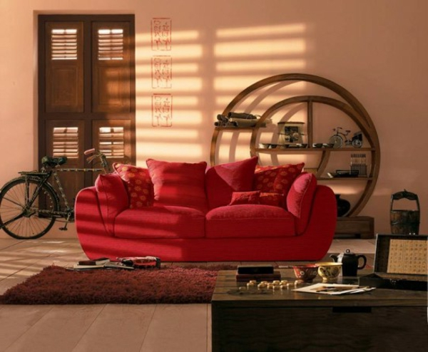 orientalische-dekoration-für-wohnzimmer-rotes-sofa
