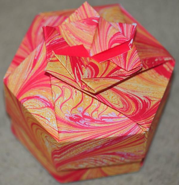 origami- schachteln-rosiges-modell - foto von oben genommen