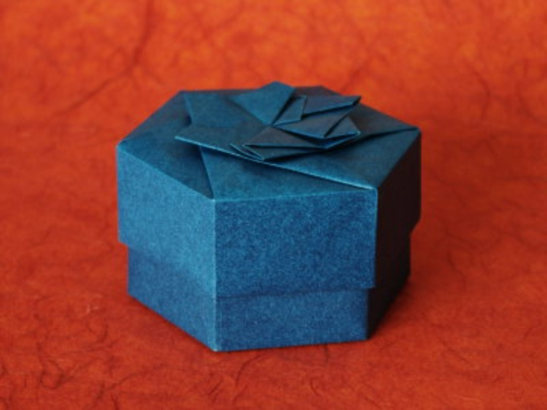 origami- schachteln-sechseckiges modell in blau