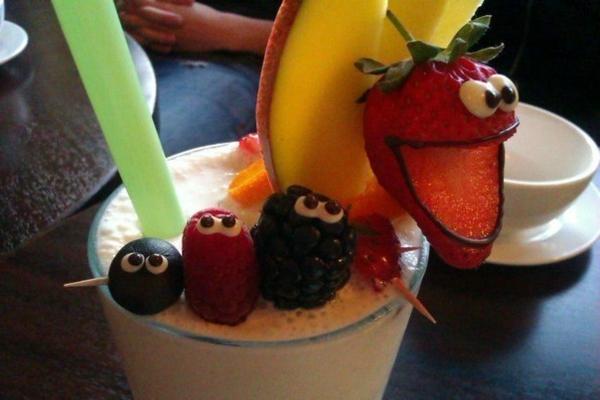 originelle-Cocktails-Dekoideen-Partystimmung-Erdbeeren