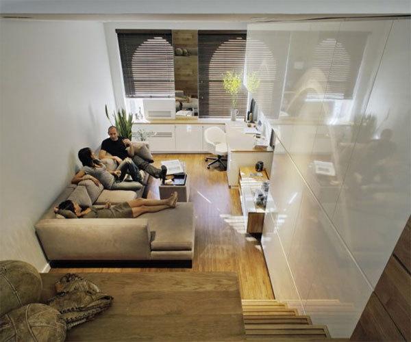 originelle-wohnideen-für-kleine-wohnung-elegantes-wohnzimmer-mit-beige-möbeln - die familie sitzt auf dem großen sofa