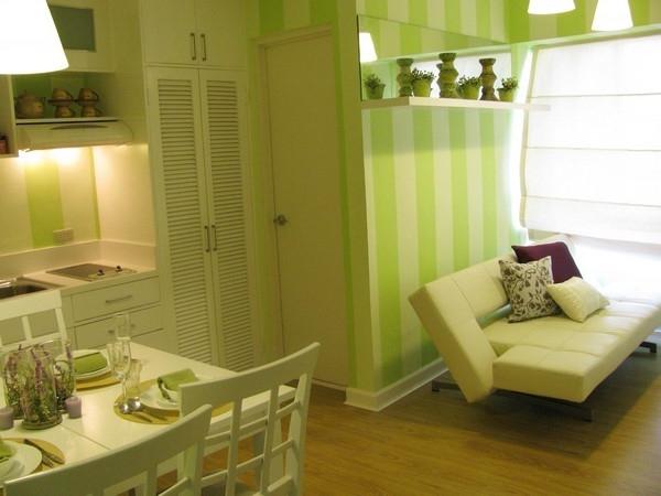 originelle-wohnideen-für-kleine-wohnung-esszimmer-und-wohnzimmer-in-gelben-farben- sofa neben dem esstisch