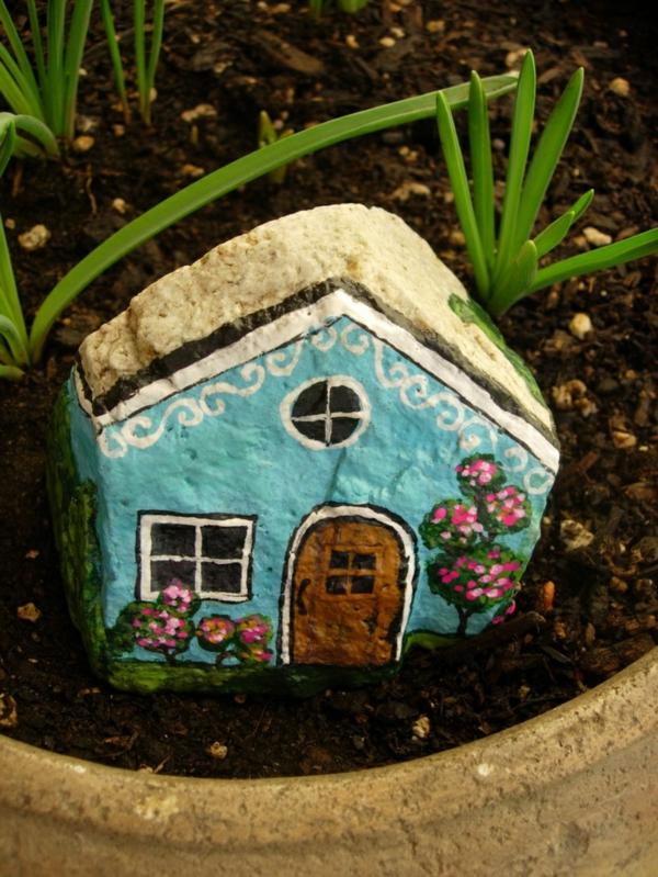 originelles-Haus-im-Garten-in-Himmelblau