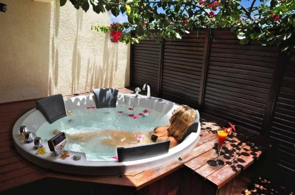 outdoor-jacuzzi-luxuriöser-look