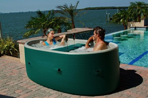 outdoor-jacuzzi-romantisch-aussehen- neben einem pool
