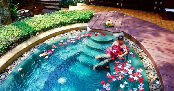 outdoor-jacuzzi-spa- viele blümchen drin
