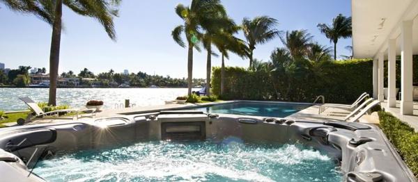 outdoor-jacuzzi-umgeben-von-palmen