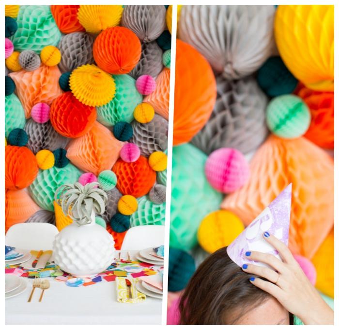 party dekoration in bunten farben, wanddeko ideen, weiße vase, wabenbälle