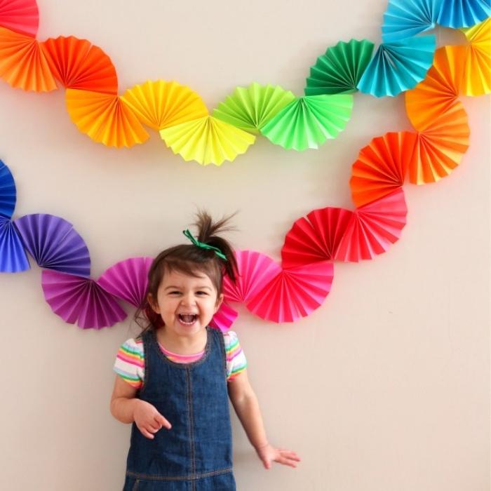 party dekoration selber basteln, wanddeko ideen, diy girlanden aus papier in den regenbogenfarben