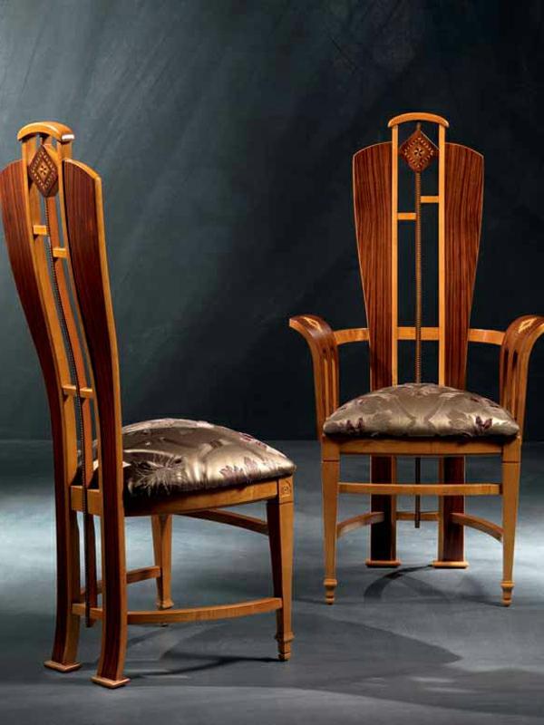 zwei elegante stühle aus holz - im dunklen zimmer