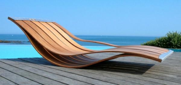 relax-liegestuhl-am-pool - aus holz gemacht