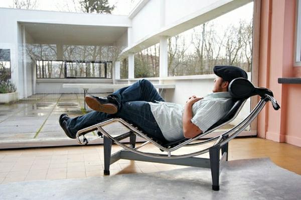 relax-liegestuhl-ein-man-darauf - eine gläserne wand