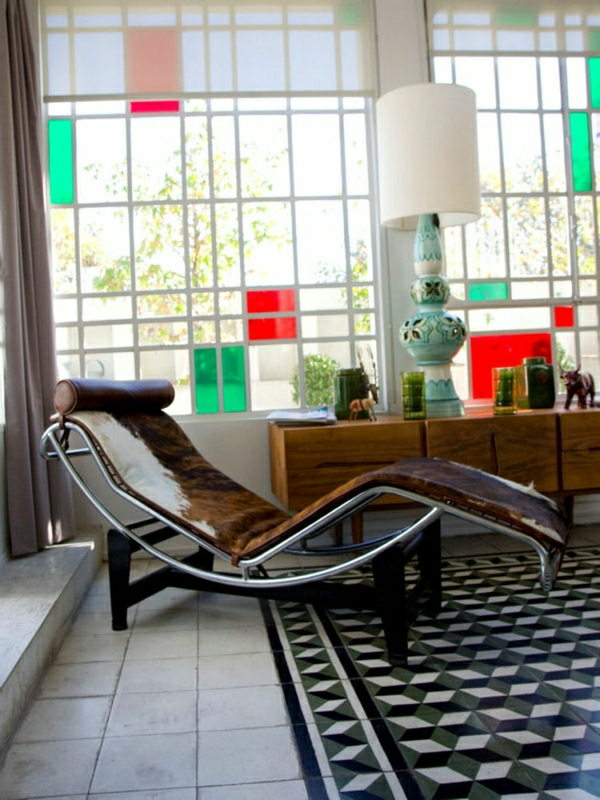relax-liegestuhl-im-gemütlichen-zimmer - mit interessanter wandgestaltung