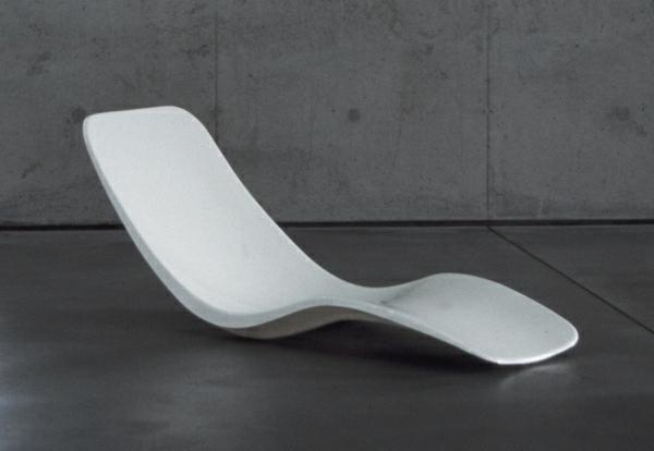 relax-liegestuhl-minimalistisch-gestaltet - grauer hintergrund