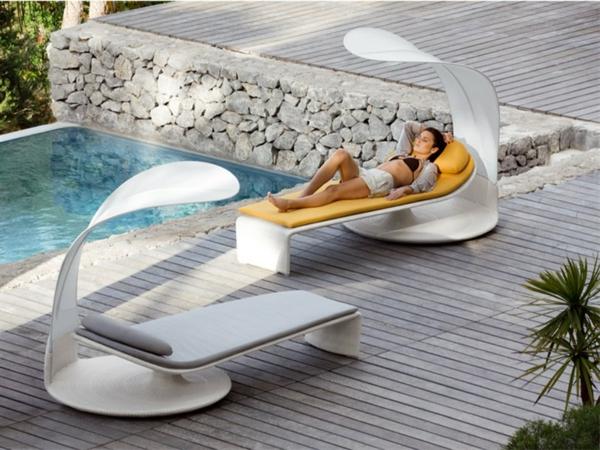 relax-liegestuhl-neben-dem-pool - eine frau liegt darauf