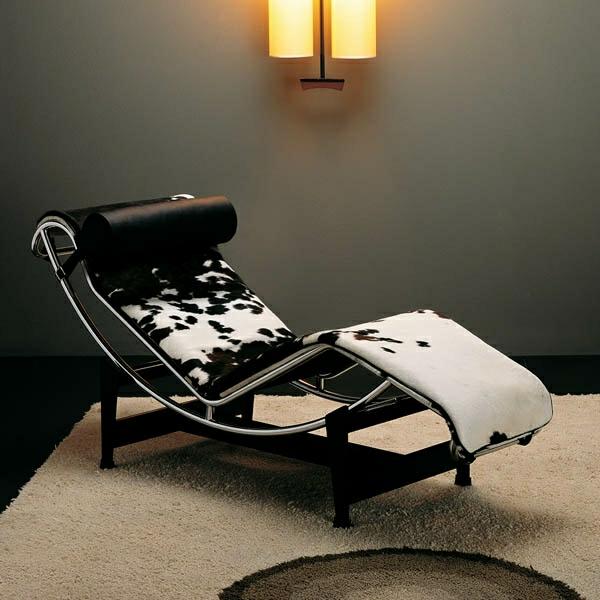 relax-liegestuhl-neben-einer-dunklen-wand - super gestaltet