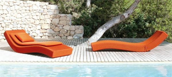 relax-liegestuhl-orange-farbe - ganz neben dem pool