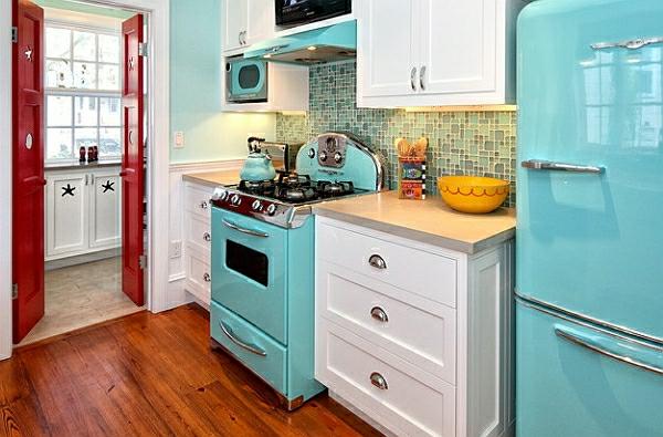 retro-küche- mit möbeln in weiß und blau
