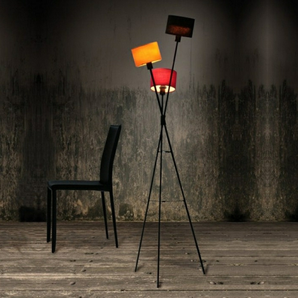 retro-stehlampe-interessantes-modell-schwarzer-hintergrund- ein schwarzer stuhl daneben