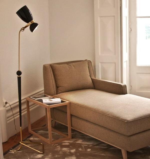 retro-stehlampe - neben-einem-bequemen-sofa - beige farbe