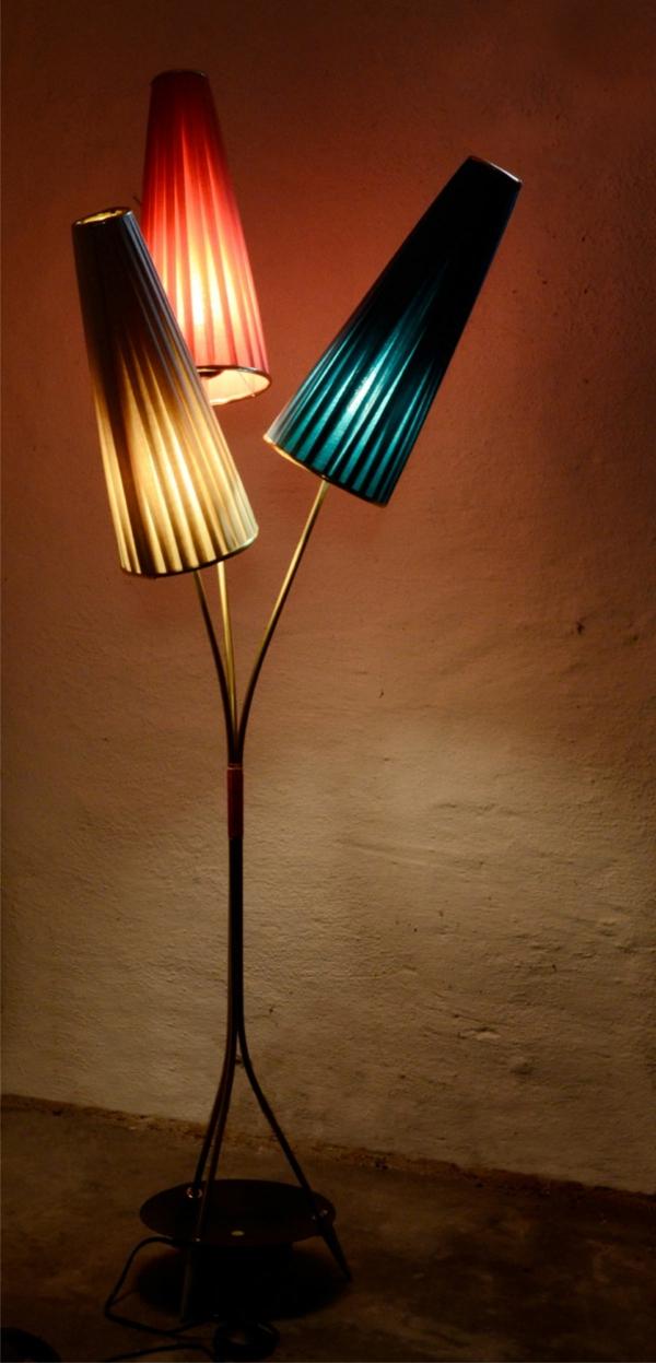 retro-stehlampe-schönes-design - bunte farben - interessante lampenschirme