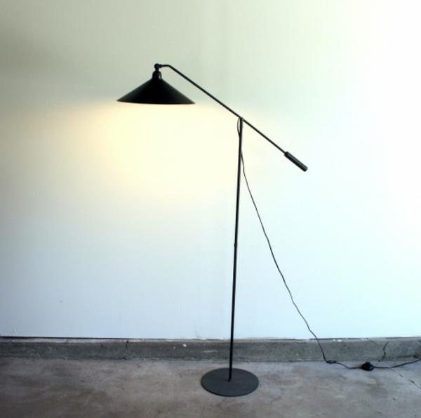 retro-stehlampe-sehr-schön- eine weiße wand dahinter