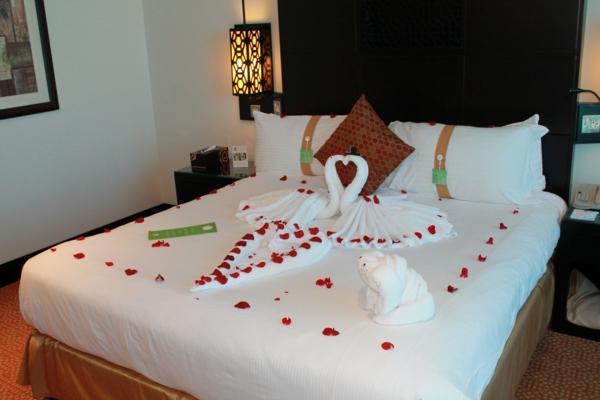romantik-merkmale-auf-dem-bett-schwäne-aus-tücher-gemacht-und-rosenblätter