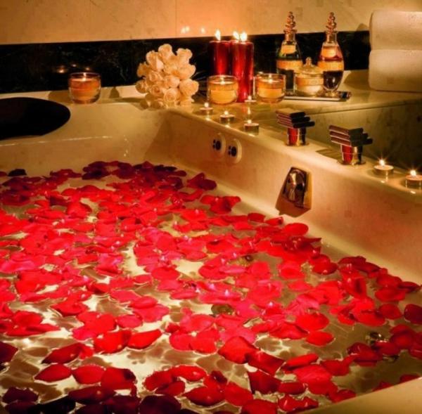 romantik-merkmale-im-badezimmer-rosenblätter-auf-dem-wasser