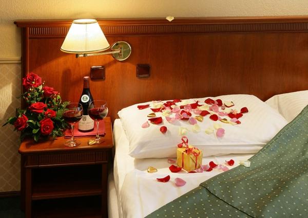 romantik-merkmale-im-schlafzimer-rosenblätter-auf-dem-kissen